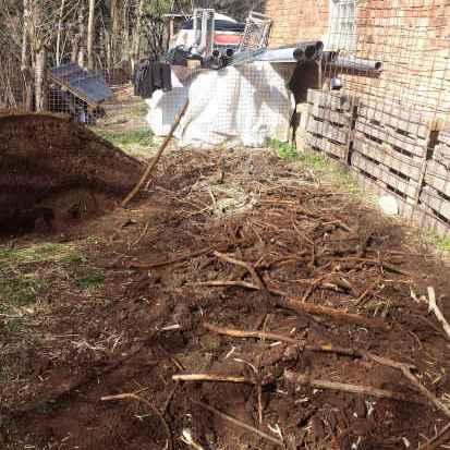 Komposttoiletten. Sanitärtechnik durch Kompostierung. Komposthaufen Vorbereitung mit einer Schicht strukturierendes Material zur Belüftung des Komposts