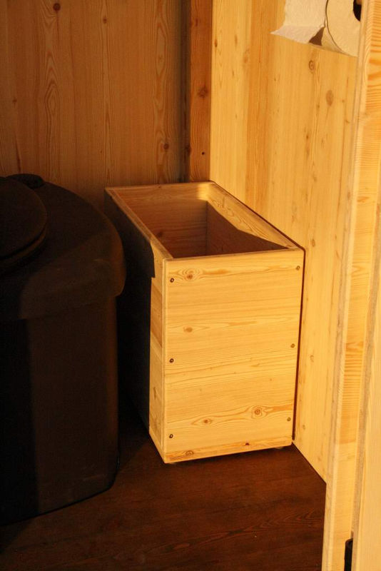 Toilettenhaeuschen Wald mit Biolan eco. Option: Einstreukiste aus Holz, Fichte oder Lärche