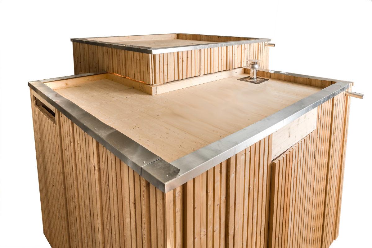 Trockentoilette KUBUS - öffentliche Toilette aus Lärchenholz mit Toilettensystem ECODOMEO - Ansicht Hinterwand und Tür zur Kompostraum und Tür zum Pissoir