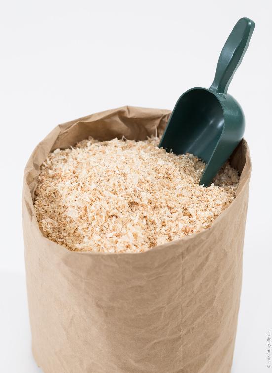 Starkpapiertasche für den Einstreu und kleine Schaufel