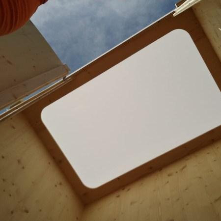 Lichtdurchlässiges Dach. Toiletten zum Mieten von nowato