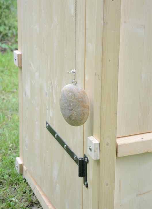 Komposttoilette Modell 'Wiese' aus Fichte. Automatisches Schließmechanismus der Tür durch Gegengewicht.