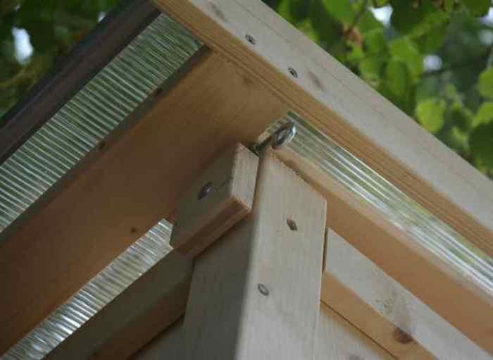 Komposttoilette Modell 'Wiese' aus Fichte, Detail vom Dach.