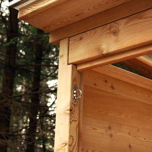 nowato barrierefreie Komposttoilette Modell Wald 80L. Detail vom Dach.