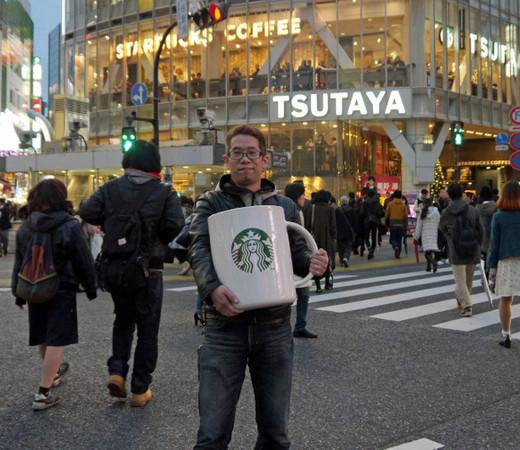150346341237275 - 花8萬買下「巨無霸星巴克杯」,他滿懷期待捧著它去買咖啡,沒想到「店員竟然直接跟他說...」