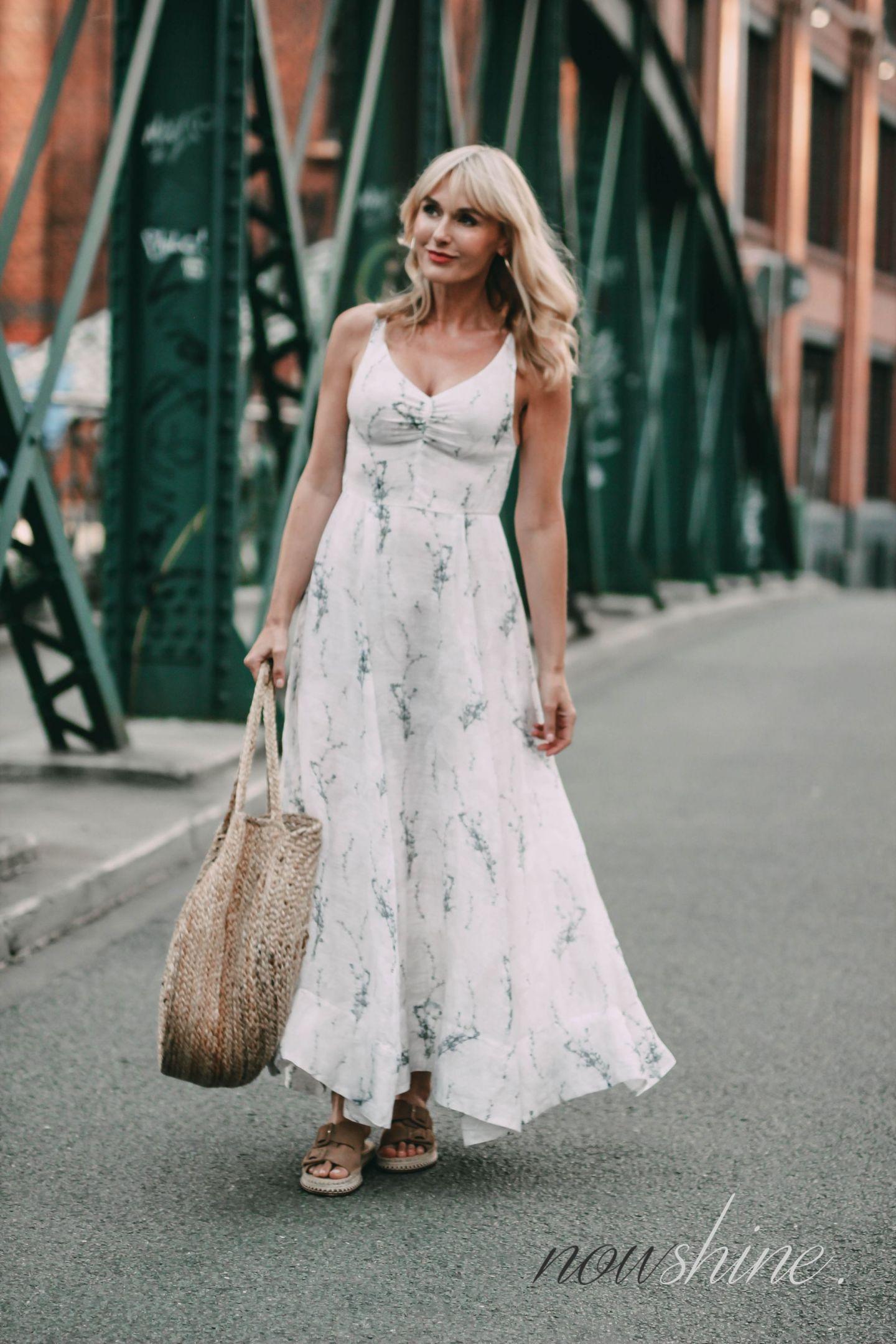 Conscious Exclusive Kleid ist von H&M - Jute Beutel von Mango - Sandalen von Zara - Nowshine Mode ab 40