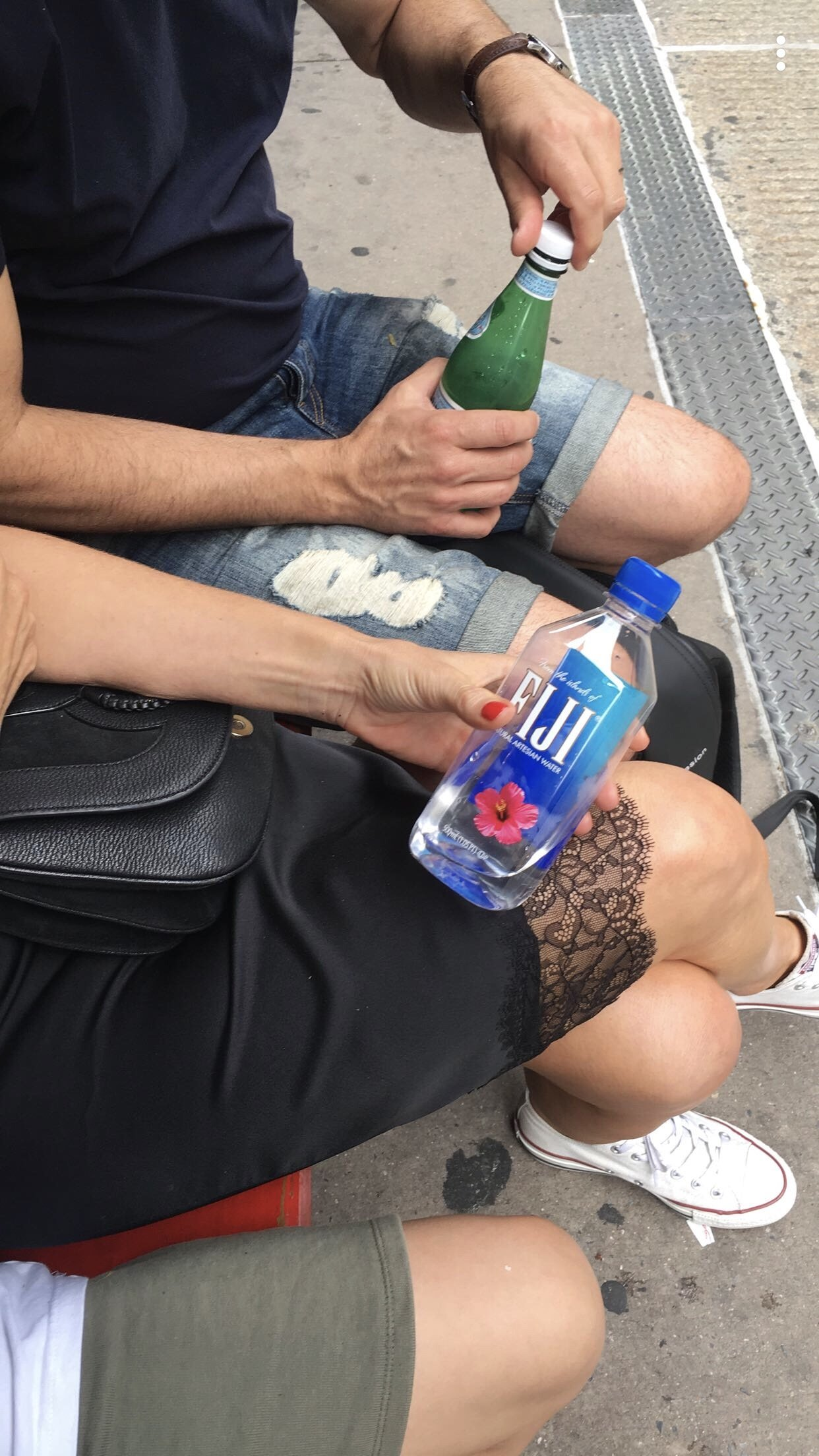 4 Tage in New York City - Pause auf einer Parkbank mit Fiji Wasser - Nowshine Reiseblog ü 40