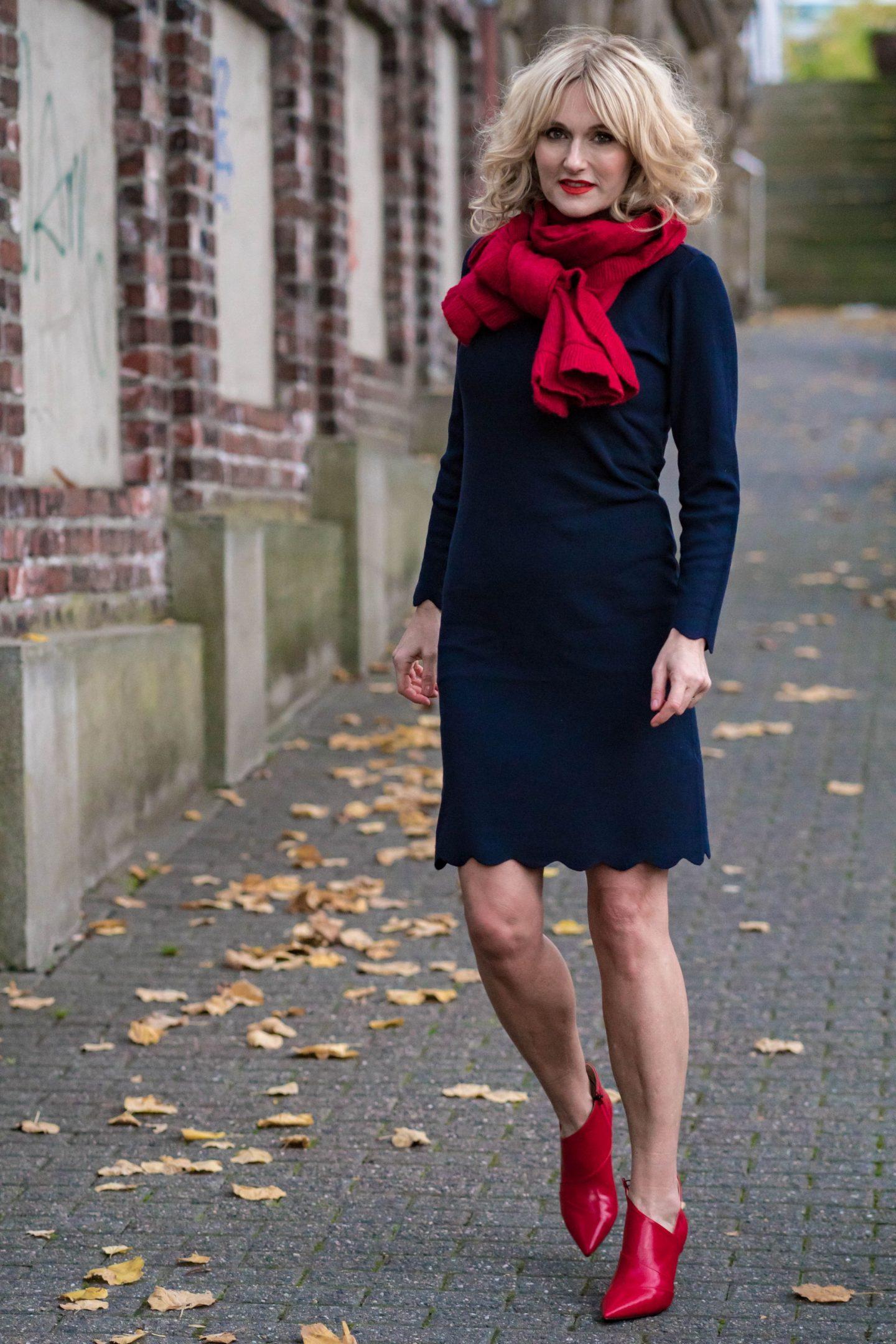 Ouftit Weihnachtsfeier-Dresscode_festlich-Firmenparty-Büro-Strickkleid in Nachtblau von Bonita-Rote Booties