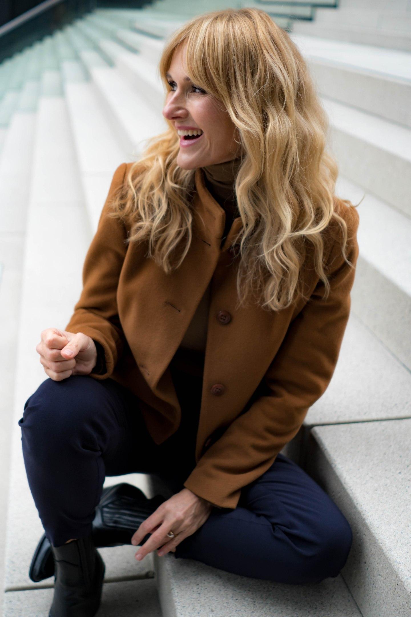 Jacke von Uta Raasch - Nowshine Modeblog ü40 - moderner Herbstlook 2019 in Cognac und Marineblau - Cowboy Stiefel
