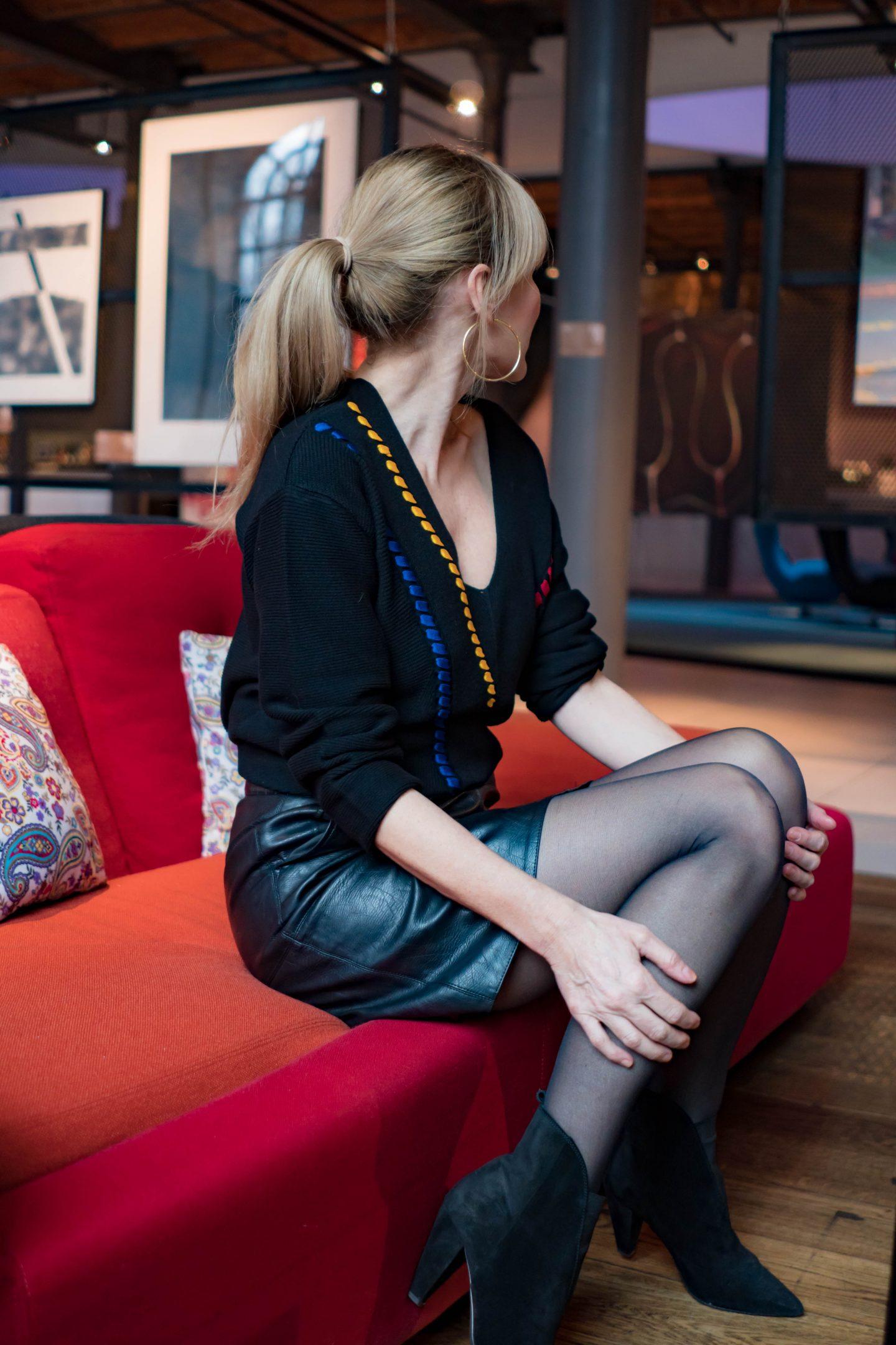 Lederrock-schwarzer V-Ausschnitt Pullover-Nowshine ü40 Blog im Andels Hotel Lodz