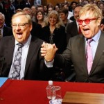 rick-warren-elton-john-holding-hands-joke-about-kissing-each-other