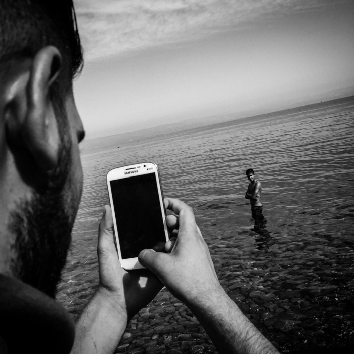 967598_refugee-crisis-patrick-witty-cellphones-013
