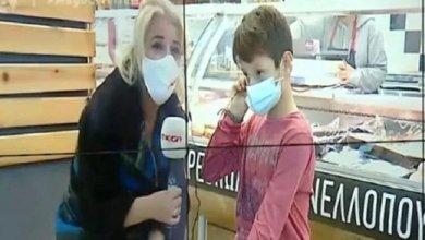 Photo of «Πρέπει να αναλάβω τις ευθύνες μου»: 9χρονος από την Πάτρα κάνει τηλεκπαίδευση από κινητό σε κρεοπωλείο