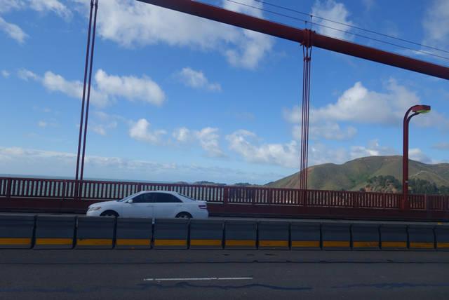 橋の真ん中までは地味にこたえる上り坂が続きます