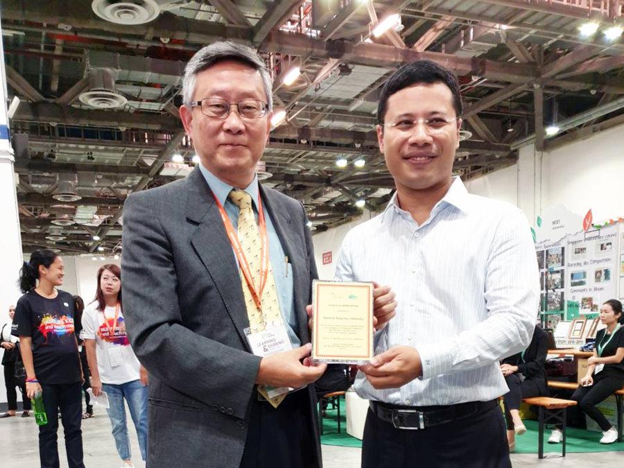 新加坡社會及家庭發展部李智陞部長(右)頒發獎牌給賀陳弘校長(左),感謝清華大學成為新加坡公幼教育夥伴