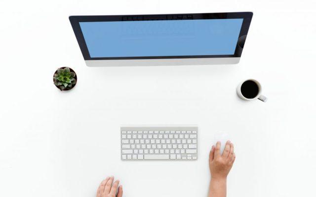 main qui utilise un ordinateur