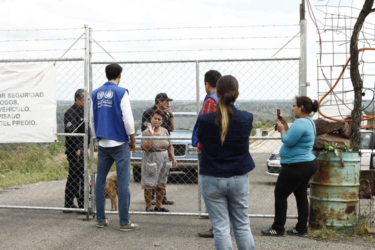 Denegado. Un integrante del organismo intenta convencer a las personas tras la malla de metal de que les permitan el ingreso. (Foto: Jorge Alberto Mendoza)