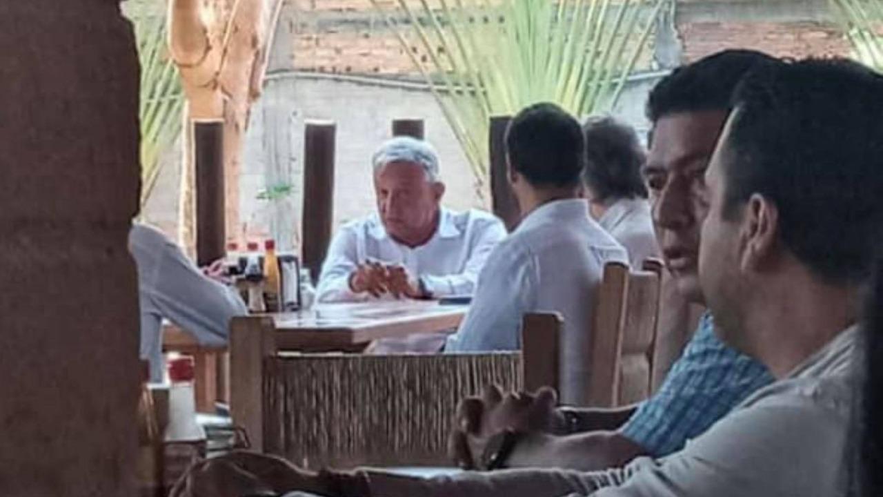 FOTOS: Presidente López Obrador es captado comiendo en restaurante de Las Varas