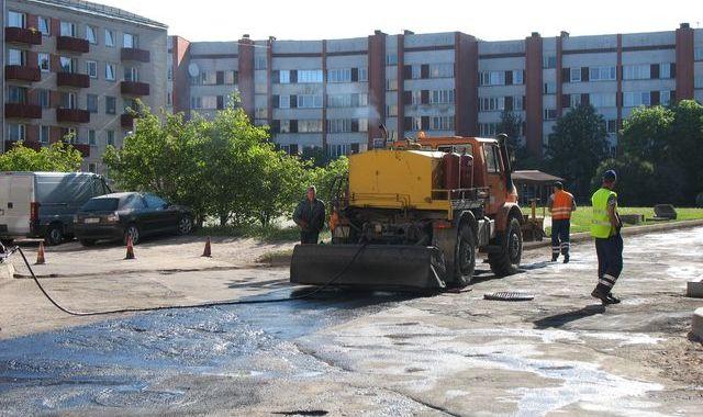 Automašīnas kavē darbus Kurzemes ielas pagalmos