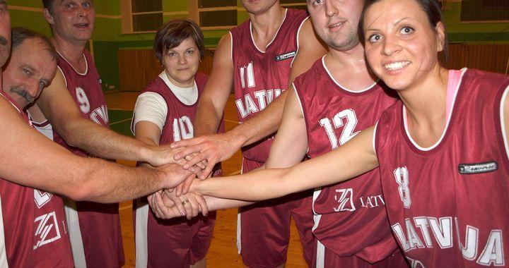 Kandavas tehnikuma sporta zālē skolotāji un audzēkņi aizvada draudzības maču basketbolā