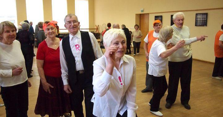 Kandavas Pensionāru dienas centrā sporto seniori