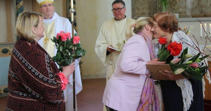 Lesteniece Inese Cērpa saņem augstāko baznīcas apbalvojumu /FOTO/