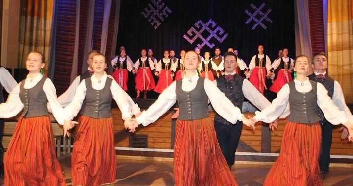 Jauniešu deju kolektīvs «Imuliņa» draugu koncertā Kandavā /FOTO/