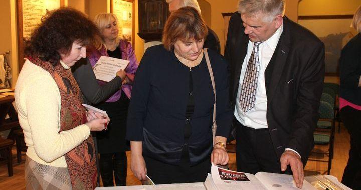Kārļa Mīlenbaha jubilejā uz Kandavu atceļo «Tautas saimes grāmata» /FOTO/