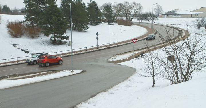 Jelgavas ielas projektam beidzoties, noņemta ceļa zīme rada avārijas situācijas