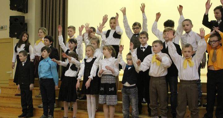 Tukuma novada internātpamatskolas tiekas koncertā «Mani sirdspuksti Latvijai» /FOTO/