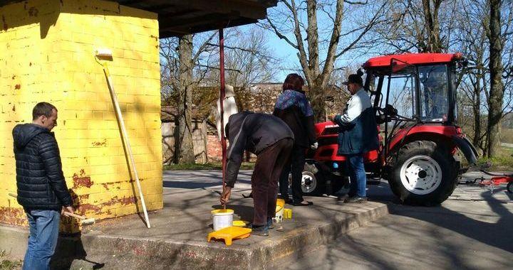 Lestenieki talkojot izkrāsojuši autobusa pieturu pagasta centrā