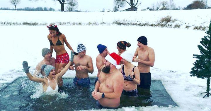 Viesatās svētkus atzīmē ar peldi