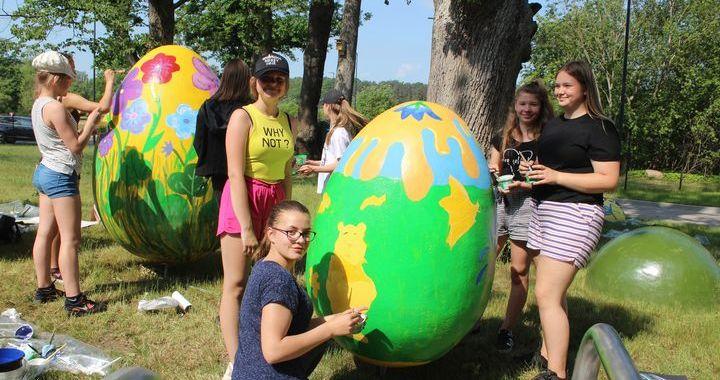 Plenērā Tukumā apglezno Lieldienu olas