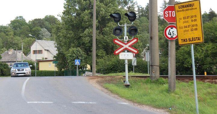 Remontdarbu dēļ slēgs dzelzceļa pārbrauktuves