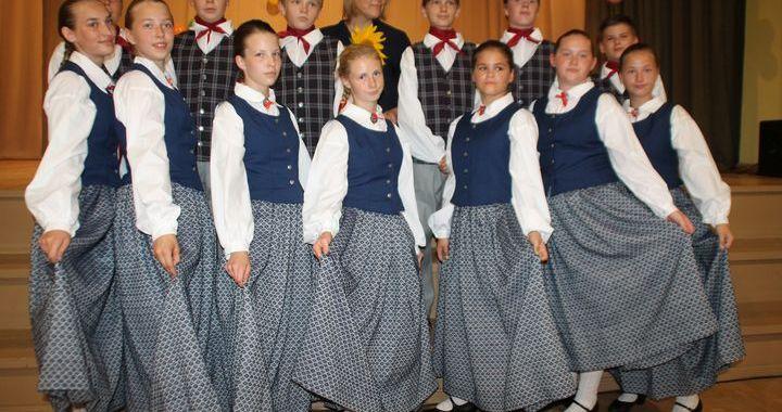 Zantes pamatskolas dejotāji vasarā tikuši pie jauniem tautas tērpiem