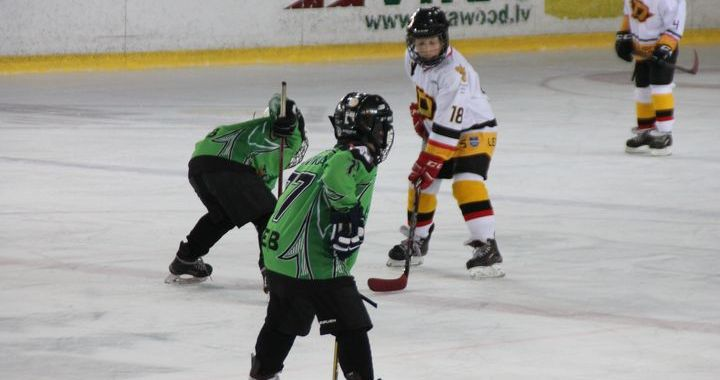 Pārliecinoša uzvara jaunajiem hokejistiem