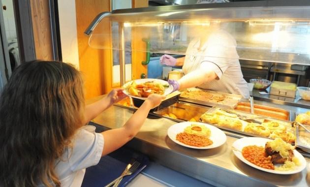 Kandavā diskutē, kur ņemt naudu skolēnu ēdināšanai