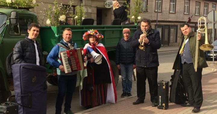 Ar orķestri svētkos sveic novadniekus /VIDEO/