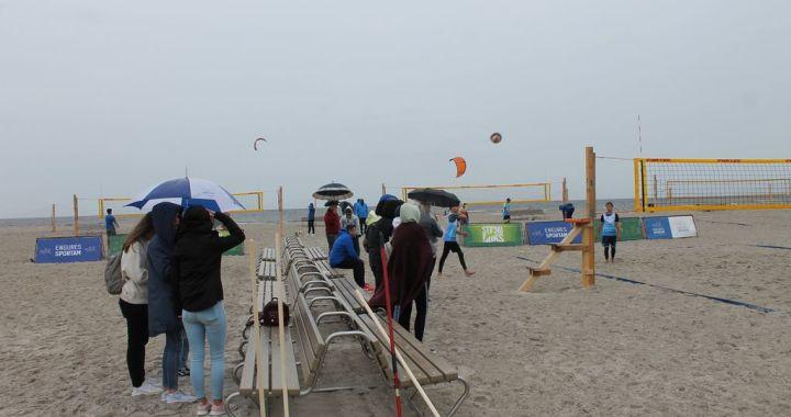 Lietū un vēja aizvadīts volejbola turnīrs Engurē