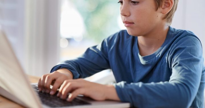 AS «Latvenergo» skolām Zemgalē dāvina 89 datorkomplektus