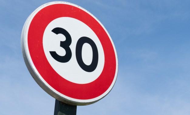 Brīdina par palēninātu satiksmi jūrmalciemos; uz Jaunpils un Kuldīgas ceļa