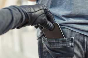 Uz ielas uzbrūk jaunieši un atņem mobilo tālruni