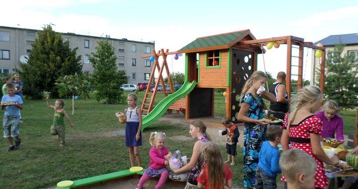 Kandavā atklāj bērnu rotaļlaukumu