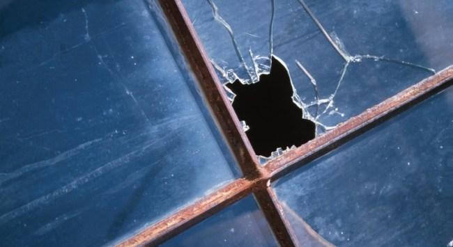 Nakts aizsegā Kandavā vairākiem veikaliem izdauza stiklus