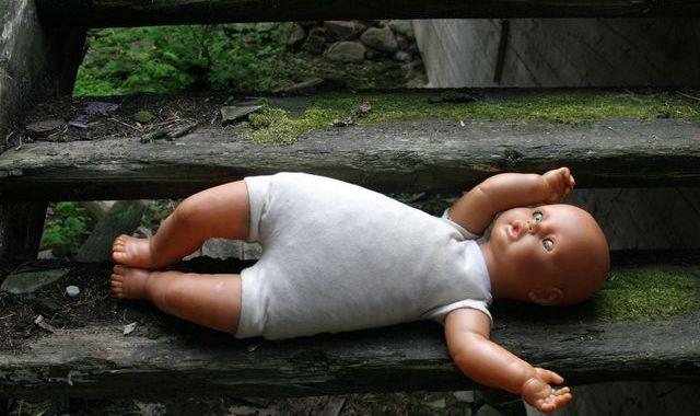 Tiesai nodod lietu par tīšu bērna nomešanu uz grīdas