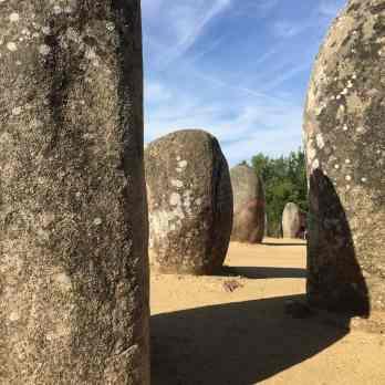 Ferienerinnerungen zur Menschheitsgeschichte: 7000 Jahre junge Megaliten von Almendres, Portugal.