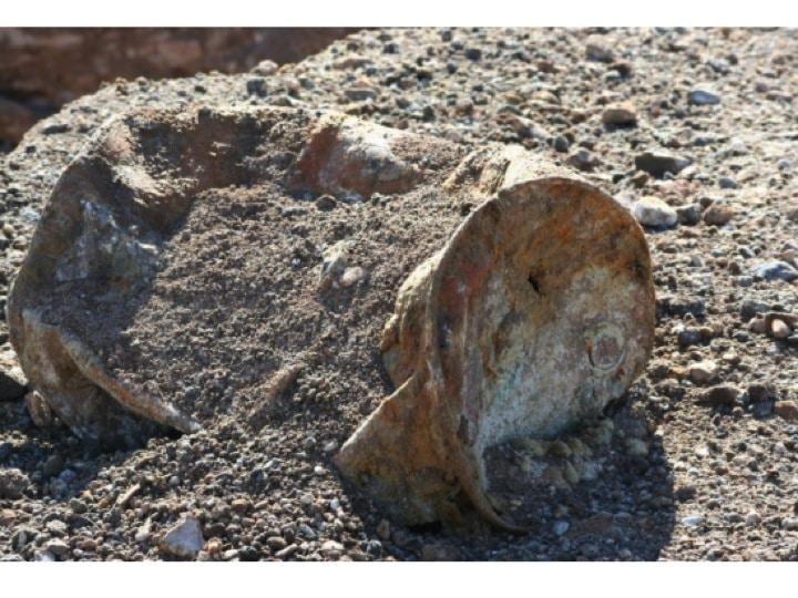 Figur 5: Der Krater aus der Nähe und Fassüberreste (gemäss Photo Nr. 4 vom 21. Oktober 2015, Anhang II-8, Nevada Department of Public Safety [2015]: ebda).
