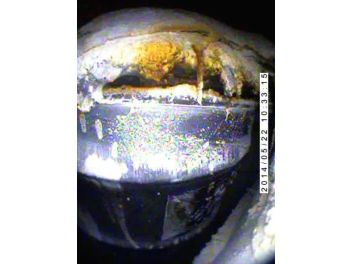 Figur 6: Das geborstene Fass Nummer 68660 aus dem Los Alamos National Laboratory LANL, welches reagierte und einen Teil seines Inhalts auswarf (Fotodokumentation des WIPP, http://www.wipp.energy.gov/wipprecovery/photo_video.html).