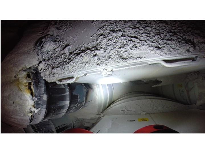 Figur 7: Haufen von ausgeworfenem Magnesium-Oxid auf eingelagerten Abfallbehältern (Fotodokumentation WIPP, https://www.wipp.energy.gov/wipprecovery/photo_video.html)