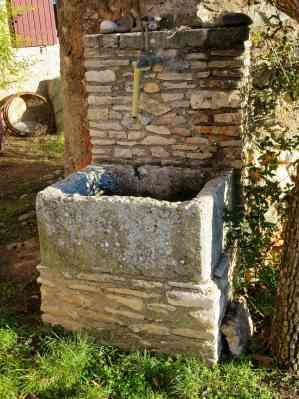 Ländlicher Trinkwasserbrunnen, wo die Jahresdosis der aus einem Lager stammenden radioaktiven Substanzen 0.1 mSv in keinem Moment übersteigen darf